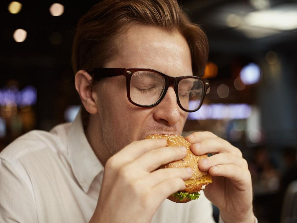 غذاهای آماده منجر به بوی بد بدن می شوند.