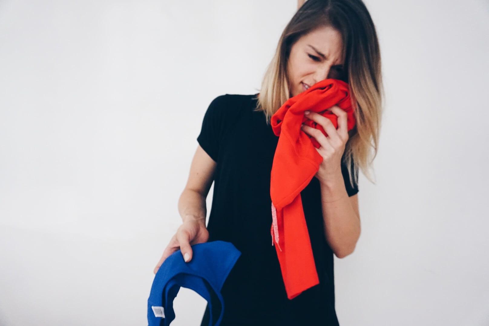 برای رهایی از بوی بد عرق بدن لباسهایی را خریداری کنید که از الیاف طبیعی تولیدشدهاند.