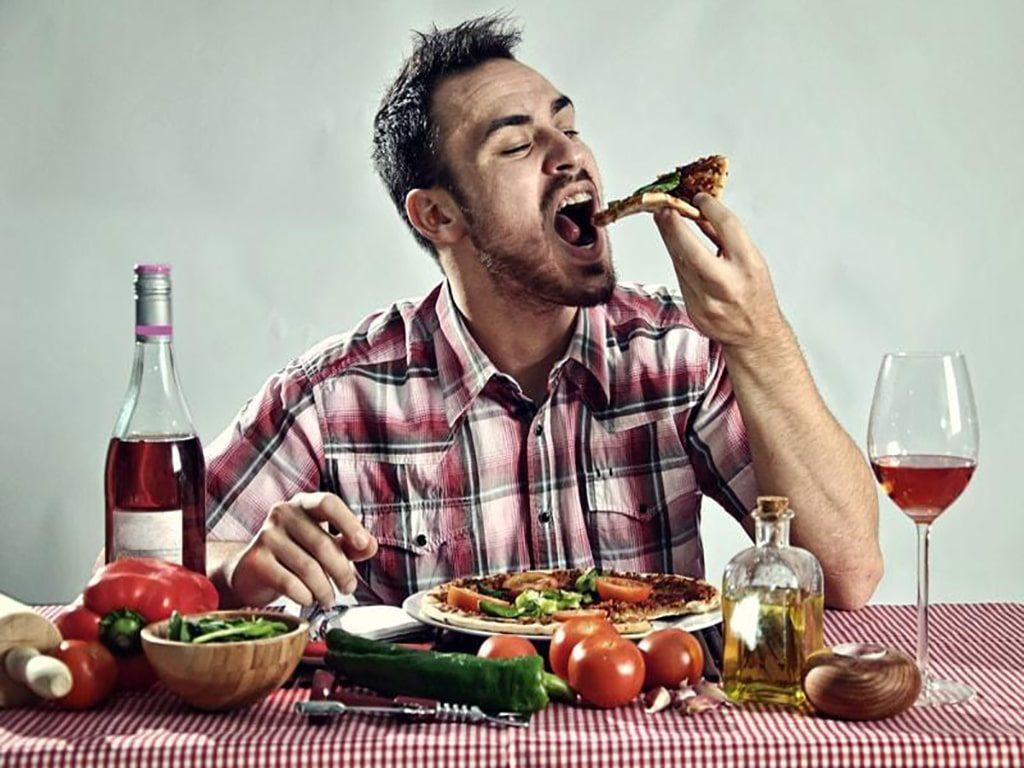 اگر زیاد عرق میکنید از این خوردنیها و نوشیدنیها پرهیز کنید