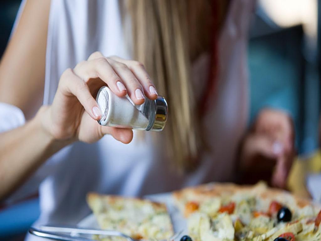 علت تعریق زیاد زیر بغل با مصرف نمک